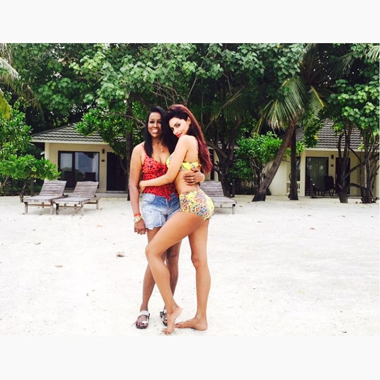 gizele-thakral-with-her-mom